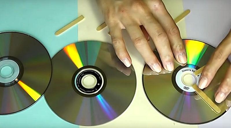 Приготовьте 9 дисков. Каждую тройку скрепите между собой, прокладывая между дисками что-то вроде палочек для мороженого. Это будут колёса для тележки