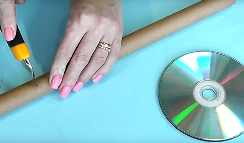 Отмерьте длину трубы или тубы так, чтобы на неё можно было насадить рулон бумажных полотенец