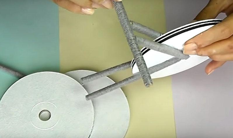 Теперь к каждой параллельной паре палочек нужно закрепить ещё по одной поперёк, как показано на фото. Одна перегородка будет рулём, а вторая – осью для остальных колёс