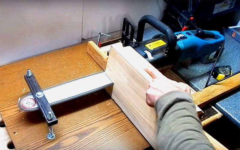 С помощью этой самодельной конструкции вы без труда распустите брус или доску. Обязательно соблюдайте технику безопасности! Не проталкивайте материал руками вблизи работающей цепи, используйте упоры. Верстак, на котором будет стоять такая пилорама, тоже должен быть исключительно надёжным