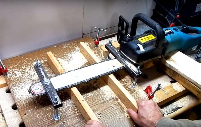 Можно усовершенствовать пилораму ещё немного: сделать направляющие, которые будут удерживать материал от поворотов и вибрации. Направляющие можно сделать регулируемыми, так будет удобнее