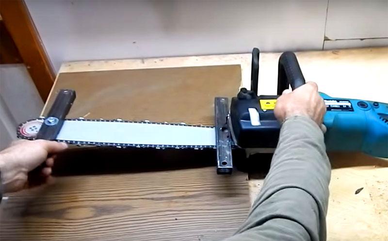 Эти металлические фиксаторы будут удерживать пилу в заданном положении над столешницей