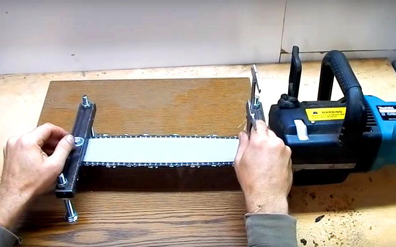 Для выставления пилы используйте измерительные инструменты и строительный уровень. Только так вы сможете получить идеальный результат. Выравнивайте положение прибора с помощью гаек