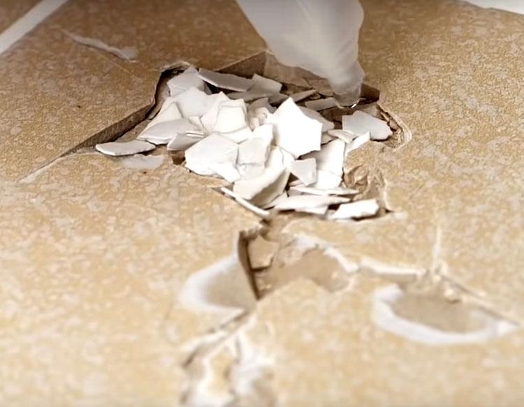 Поверх скорлупы нанесите ещё клей и оставьте его в таком виде там подсыхать. Обратите внимание на клей: в перечне склеиваемых им материалов обязательно должна быть керамика