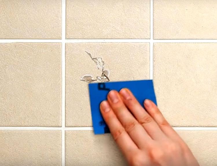 Когда заполнение из скорлупы и клея застынет, отшлифуйте это место мелкой наждачной бумагой