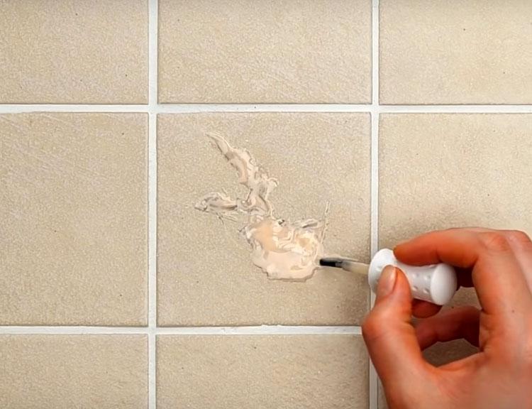 Чтобы место заплатки было не так заметно, подберите лак для ногтей подходящего цвета и покройте им поверхность