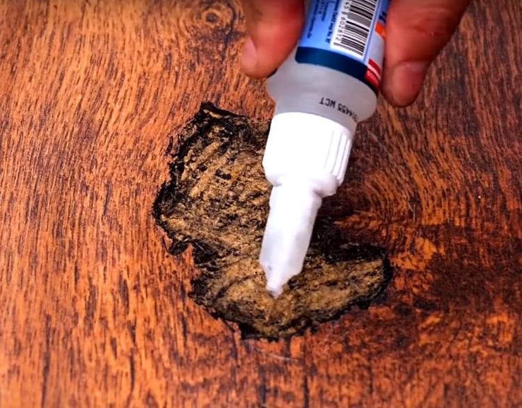 На зачищенное место нанесите клей для древесины. Можно использовать строительный ПВА или универсальный клей, который подходит для разных материалов