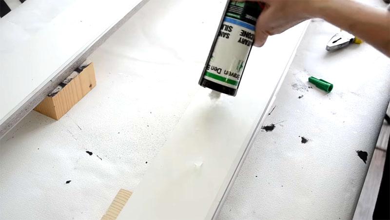 На планки подиума наносится специальный клей вроде «Титана»