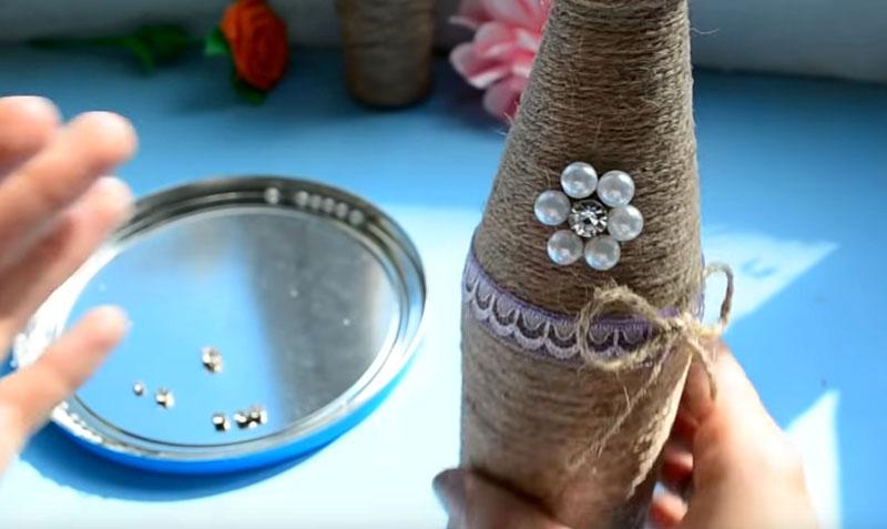 Такой же цветочек, но из бусин чуть крупнее, распределяем в центральной части нашей вазы