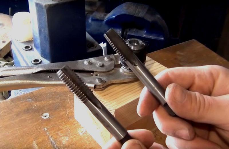 В патроне нужно нарезать резьбу, используйте метчики первого и второго номеров. Для смазки автор рекомендует использовать льняное масло