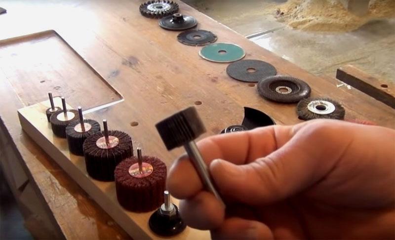Вы сможете использовать насадки с разным абразивом, большого диаметра и маленькие