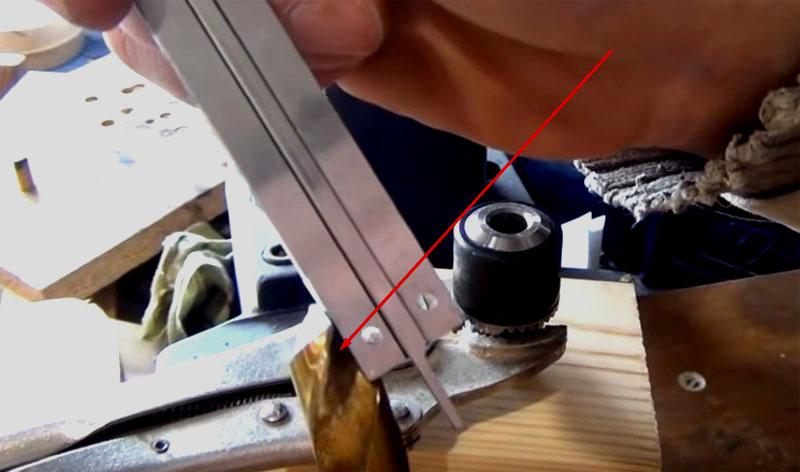 Для расточки патрона возьмите сверло на 12 мм и заточите его кончик так, чтобы передний угол был немного отрицательным. Это нужно для того, чтобы сверло скоблило поверхность патрона