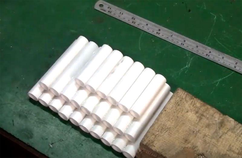 Теперь нужно собрать «соты», используя термоклей для скрепления трубок между собой. Начните с самых длинных – выложите их в ряд так, чтобы этот ряд по ширине помещался в кейс из канистры. Затем на них уложите на клей второй ряд трубок покороче, потом- третий