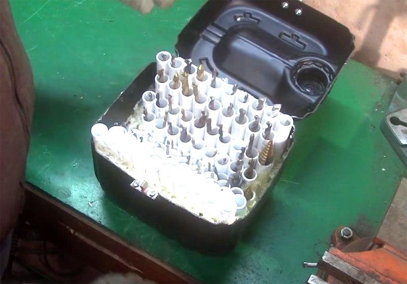 Теперь можно заполнить органайзер инструментом. Подберите для каждого сверла свою ёмкость. Здесь же вы можете хранить отвёртки и торцевые ключи
