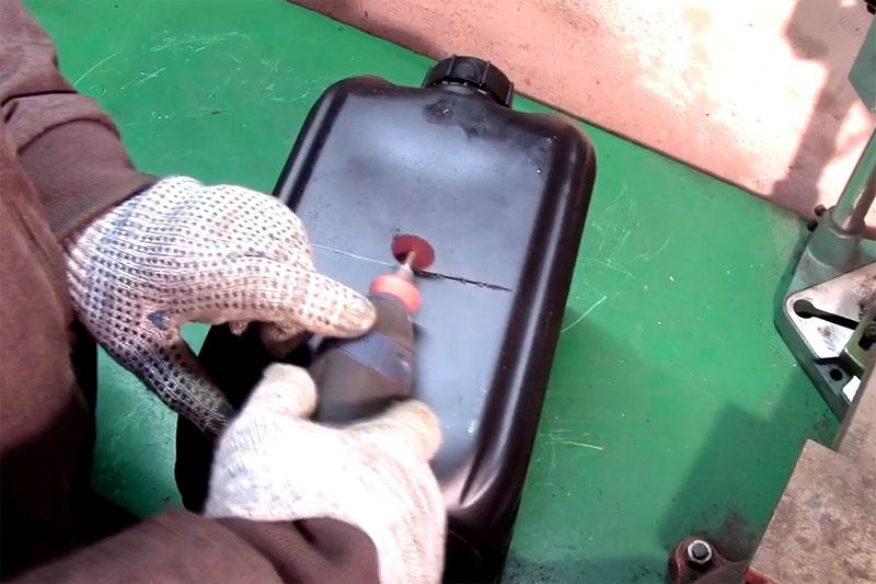 Пластиковую канистру можно резать ножницами или небольшим отрезным кругом на дремеле, как вам удобно. Сначала отделите нижнюю часть высотой примерно 25 см