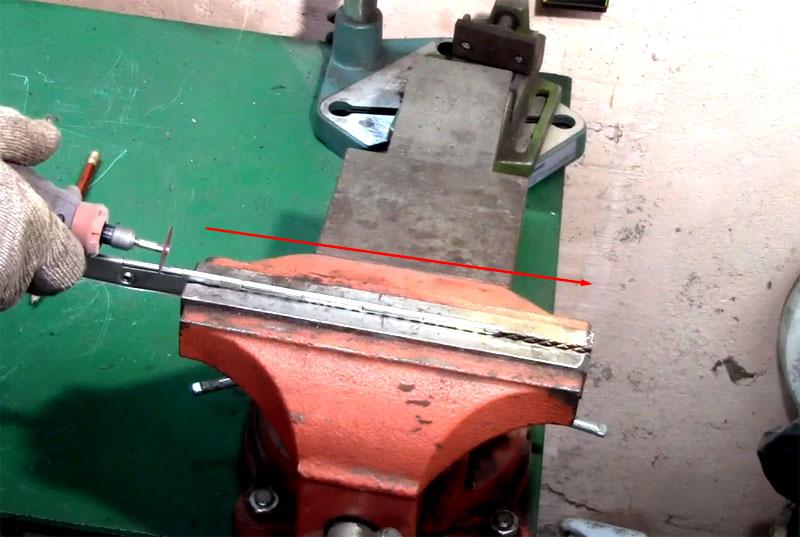 Рояльную петлю следует обрезать так, чтобы она соответствовала ширине канистры и свободно помещалась внутри неё