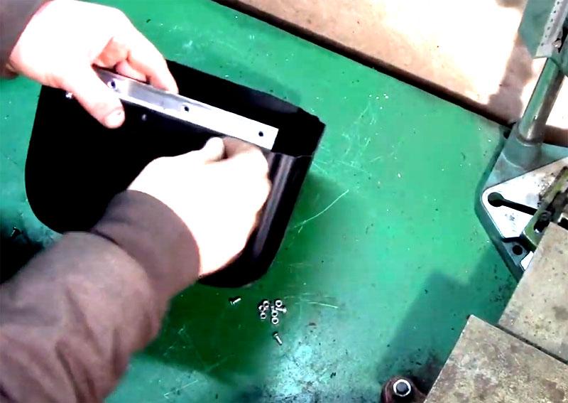 Используйте небольшие болты с гайками для фиксации петли на канистре, петлю расположите с внутренней части