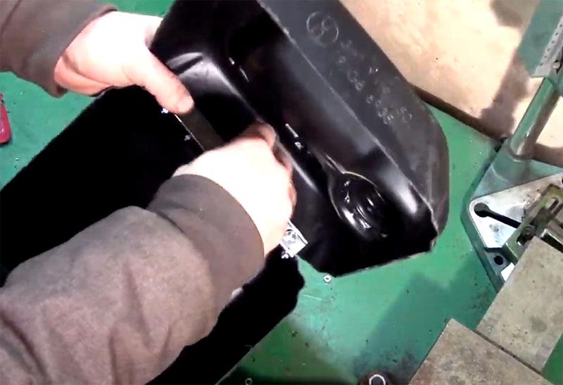 Прикрутите крышку к петле и проверьте, чтобы готовый «чемоданчик» хорошо и ровно закрывался