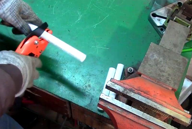 Нарежьте трубы трёх размеров: на короткие, средние и длинные отрезки примерно по 5, 10 и 15 см
