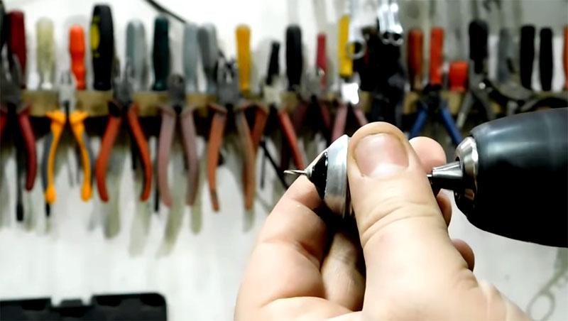 По центру делается отверстие диаметром 1 мм, в которое будет пропаян провод