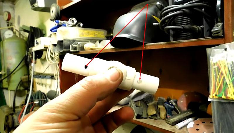 В пластиковом основании просверливается 2 отверстия для крепления к кронштейну