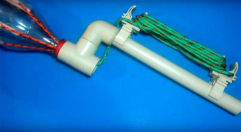 Клипсы на отрезке трубы пригодятся вам для того, чтобы аккуратно намотать длинную верёвку для хранения. В таком состоянии устройство занимает очень мало места и может ждать своего часа на полке в вашей даче