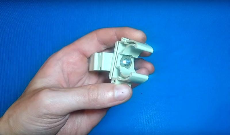 Клипсы следует соединить попарно с помощью небольшого болта и гайки. Расположить их относительно другу друга следует с полным разворотом на 90°