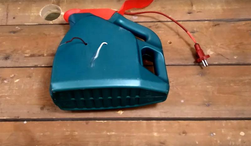 Катушку нужно установить в канистру, через горлышко вывести вилку провода, а контакты катушки извлечь на ту сторону, где вы будете ставить розетку