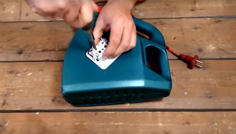 Теперь можно соединить контакты катушки с розеткой