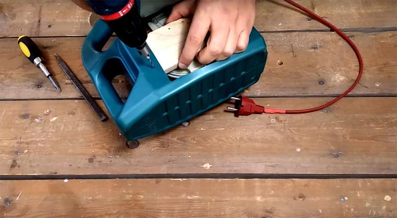 Чтобы катушка с проводом прочно была зафиксирована в канистре, фанерную планку, на которой она держится, нужно прикрутить к стенке