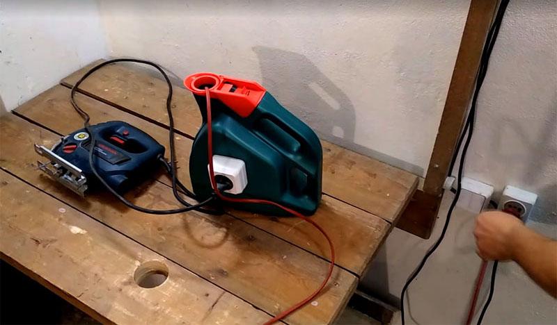 Чтобы подключить инструмент, просто воткните вилку в розетку на канистре. Даже если у вашего инструмента короткий шнур, не беда − переноску можно поставить на стол