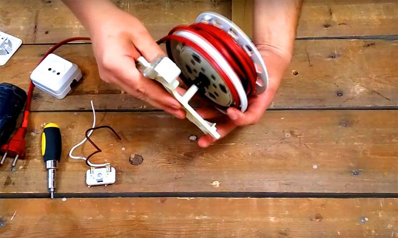 Сначала катушку нужно отделить от пружинного механизма, который отвечает за сворачивание провода. Для этого нужно снять контактную группу