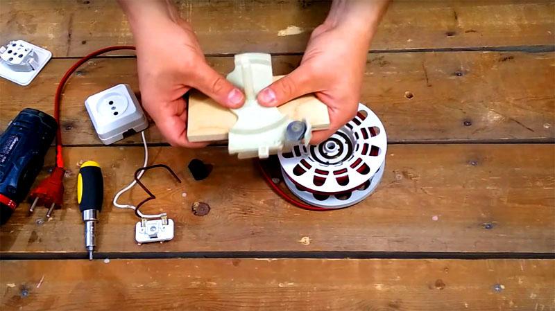 Вам потребуется небольшая планка из фанеры, чтобы зафиксировать пружинный механизм на ней. Ширина планки должна быть на пару сантиметров меньше ширины канистры, которую вы будете использовать для переноски