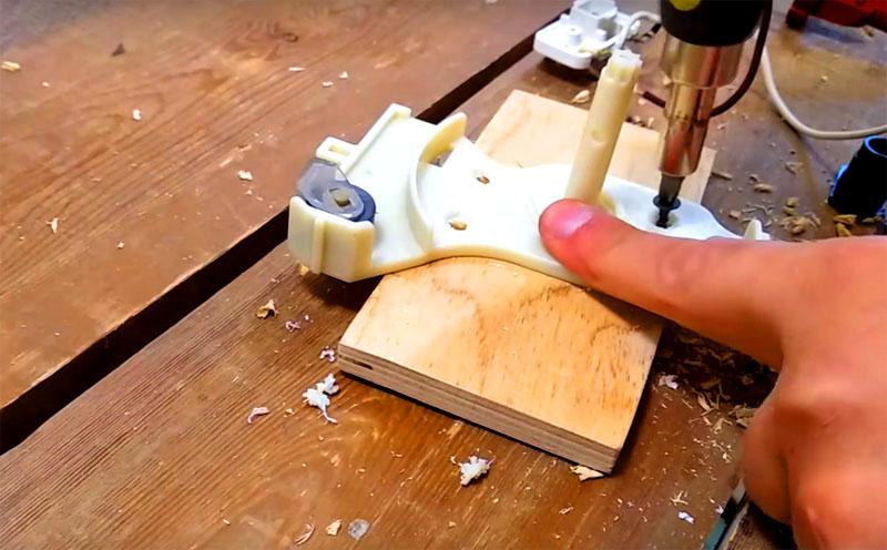 Для крепления используйте короткие саморезы, поверхность пластика нужно немного развальцевать, чтобы шляпки не торчали и не цепляли за катушку