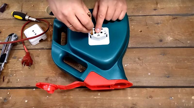 С наружной стороны канистры нужно установить обычную розетку – в неё вы будете подключать ваши электроинструменты