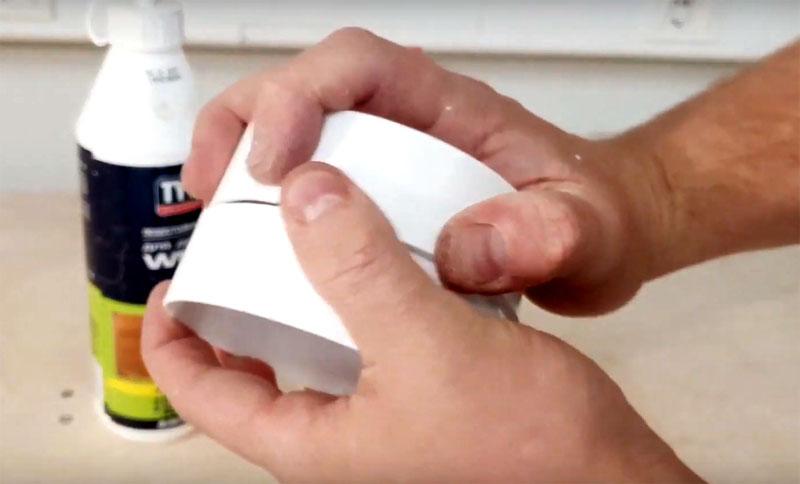 Для полок с фиксацией автор использовал кусок трубы воздуховода. Нужно разрезать пластик на кольца шириной примерно 4-5 см. Как альтернативу можно использовать пластиковые бутылки объёмом 2 л