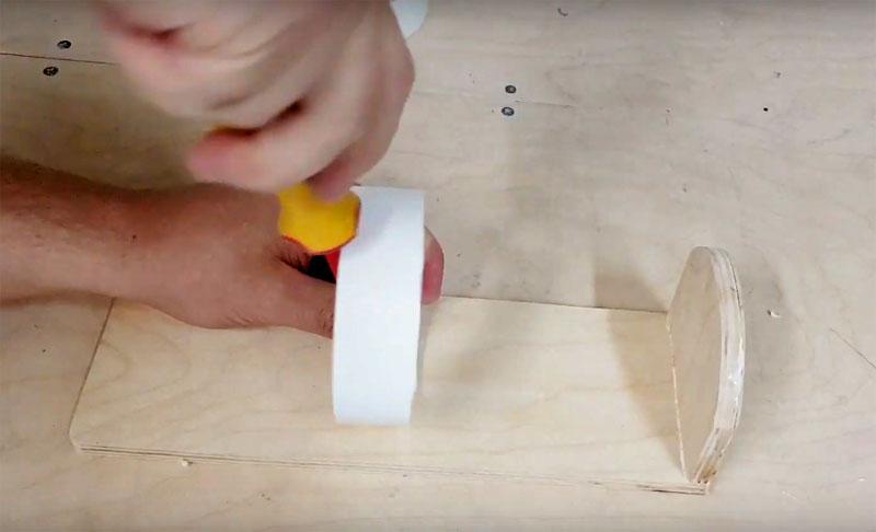 Закрепите кольцо из пластика на расстоянии примерно в 10 см от нижней части полки