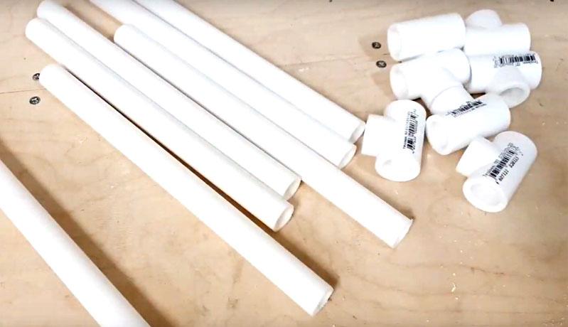 Для изготовления стойки под мешок снова потребуются уголки, тройники и куски трубы. Всего нужно 8 тройников, 8 уголков, 16 кусков трубы длиной 20 см и 4 стойки длиной около 1 м
