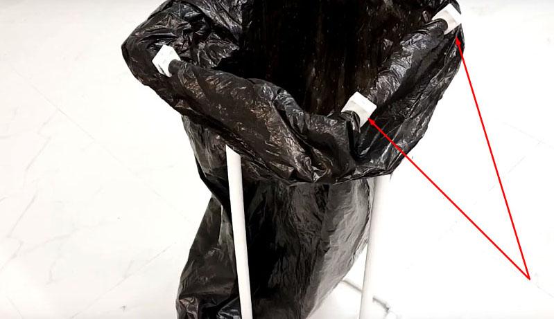 Для фиксации мешка можно использовать канцелярские прищепки или пластиковые скобы из того же сантехнического ассортимента. Их обычно используют для фиксации труб на стене
