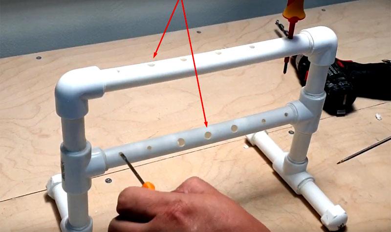 На длинных трубках нужно просверлить сквозные отверстия. Используйте сверло разного диаметра, чтобы в отверстия входили любые отвёртки