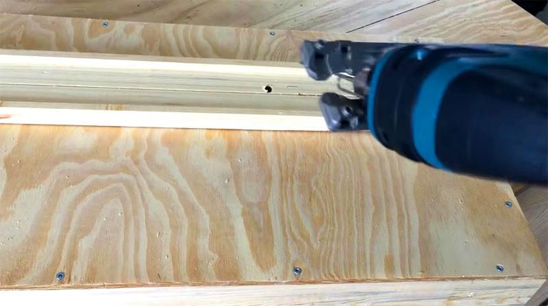 Платформа выставляется на 45°, после чего опора с основанием пропиливаются примерно на 15 см