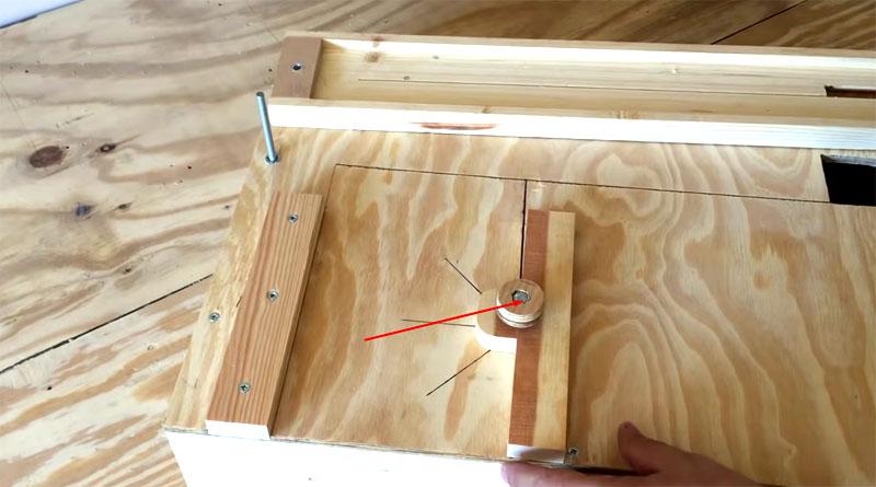 Угломер будет фиксироваться в нужном положении при помощи болта с деревянной шайбой