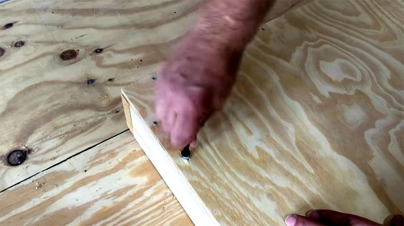 В отверстия в основании вкручиваются мебельные анкера диаметром 6 мм