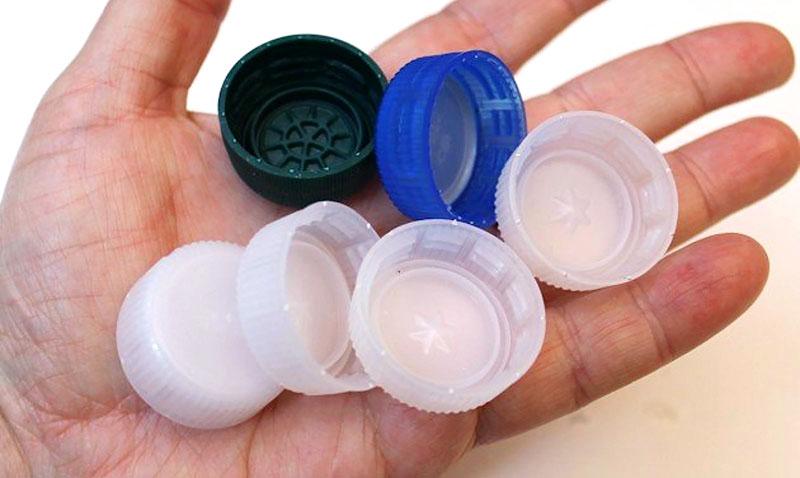 Простейшее приспособление из крышек от пластиковых бутылок