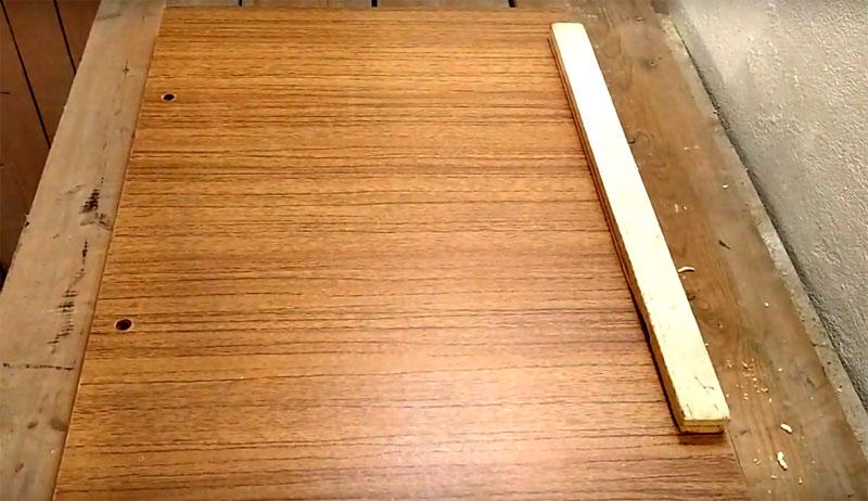 Затем переверните столешницу и прикрутите вторую планку на противоположный край с другой стороны