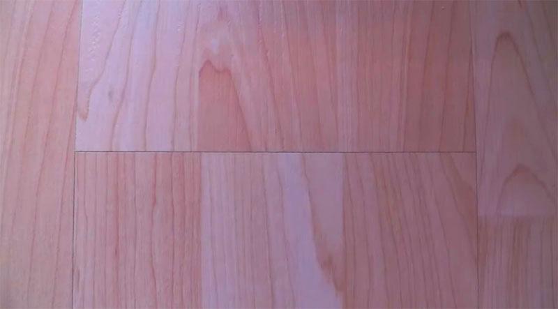 Вот так выглядит стык двенадцати летнего ламината после ремонта