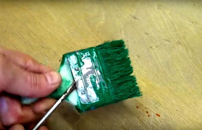 Второй «ингредиент» этого «блюда» ─ обычная ручка от малярной кисти. Она может быть деревянной или пластиковой – это неважно, как и то, насколько она испачкана краской. Важнее, чтобы ручка удобно сидела в руке, ведь вам придётся работать ею и направлять ручку под разным углом для чистки. Кисть должна быть плоской и широкой