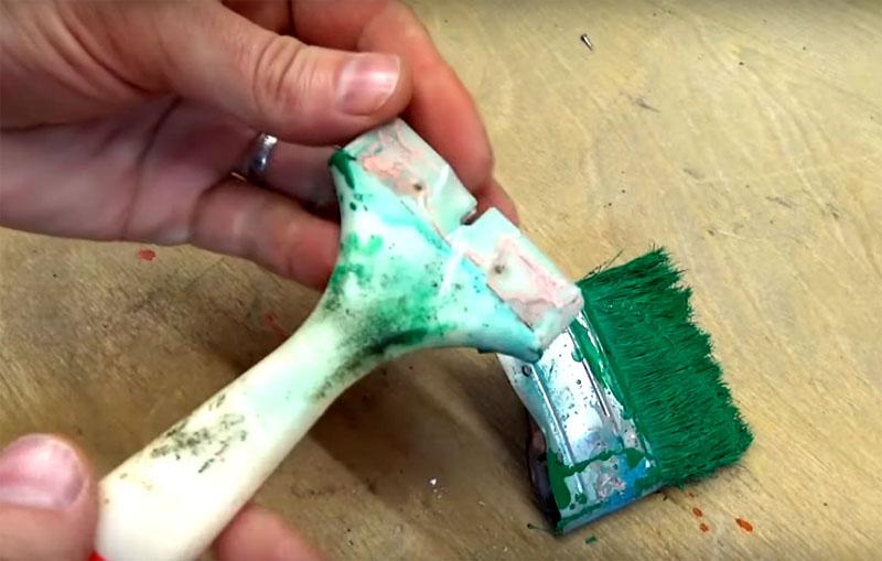 С кисти нужно снять часть со щетиной. Чтобы это сделать, подденьте металлическую стяжку отвёрткой или ножом и деформируйте её так, чтобы она снялась с ручки. Все кисти держатся на ручке просто за счёт плотного обжима. Под ним обнаружится плоская платформа