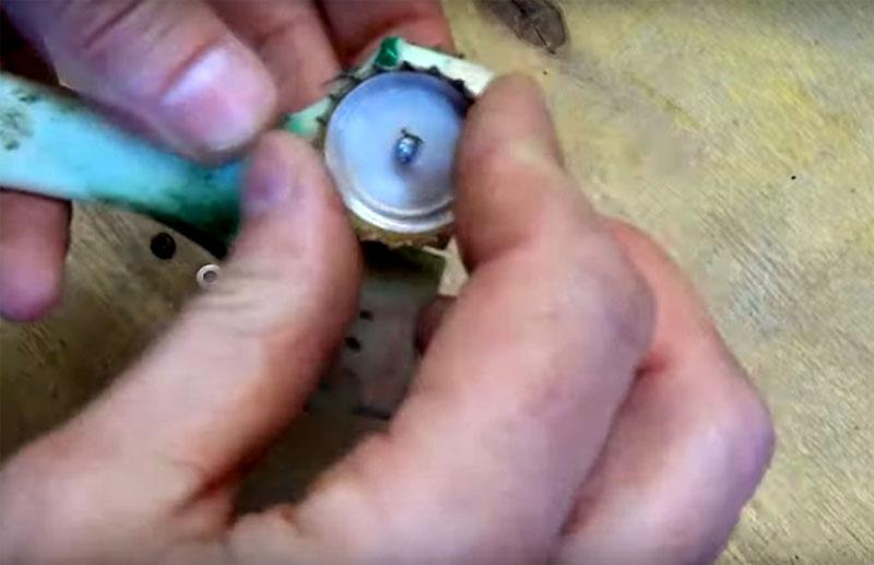Зафиксируйте крышки на ручке таким образом, чтобы болт прошёл через обе крышки и платформу кисти между ними