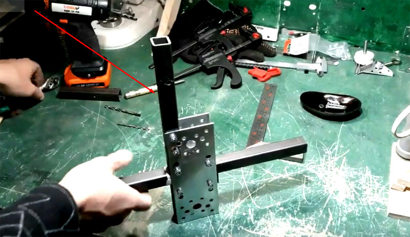 Теперь можно закрепить между пластинами рукав. Он расположен под углом в 90° от основной стойки и закреплён на подвижной части парой болтов